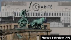 Cvadriga de pe Poarta Brandenburg în fața spitalului Charite de la Berlin, unde a fost tratat Alexei Navalnîi.