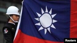 د تایوان یو سرتېری او ملي بیرغ