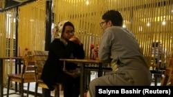 Молодая пара в кабульской бургерной
