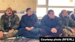 تعدادی از اعضای هیئت حکومت افغانستان که برای بررسی قضیه بهسود به میدان وردک رفته اند