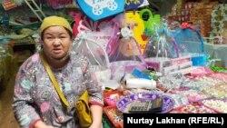 Предприниматель Майя Жусипова у прилавка с товарами.