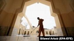 Чоловік прибирає мечеть перед священним місяцем Рамадан в Пешаварі, Пакистан, 12 квітня 2021 року