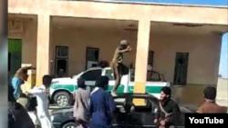عکسی از تصاویر ویدئویی منتشر شده از ورود معترضان به پاسگاه کورین زاهدان