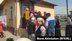 شماری از رایدهندگان در قرغیزستان
