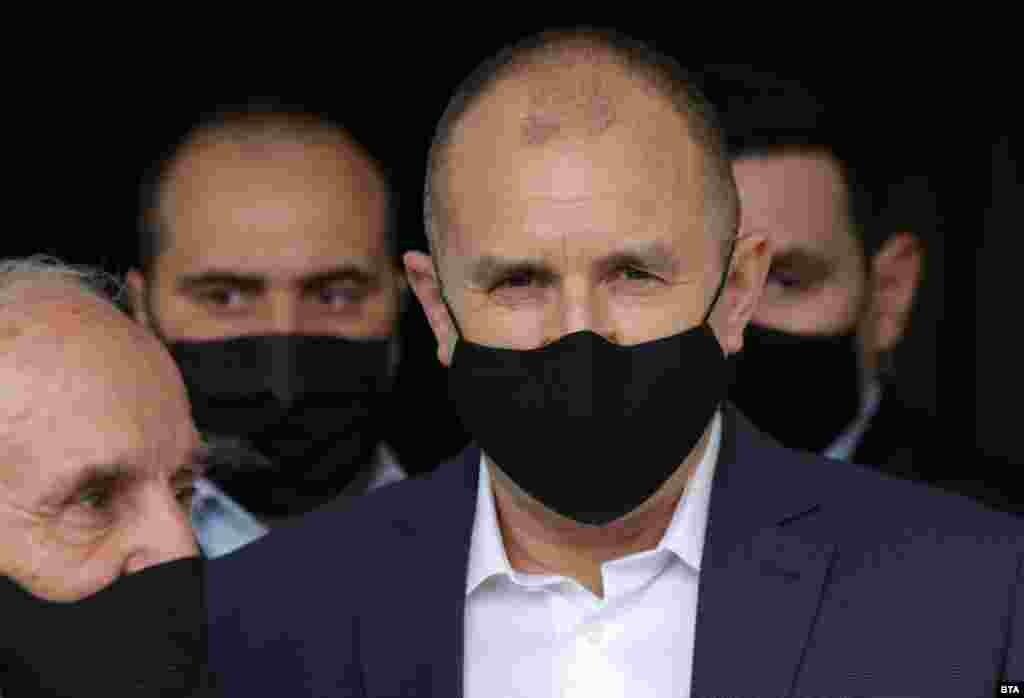 БУГАРИЈА - Бугарскиот претседател, Румен Радев, го потпиша указот за свикување на првото заседание на новото 45-то Национално собрание на Бугарија, на 15 април 2021 година, соопшти прес-службата на шефот на државата, јави дописникот на МИА од Софија.