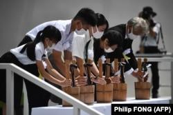 Reprezentanții victimelor bombelor atomice plasează ofrande de apă în timpul unei ceremonii ce marchează 75 de ani de la bombardamentul atomic din Nagasaki, pe 9 august 2020.