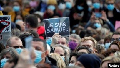 Francezët nderojnë mësuesin e vrarë