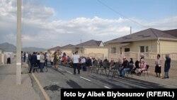 Президент Жапаров Чет-Булак конушуна курулуп жаткан үйлөрдү көрүп, эл менен жолукту. Баткен шаары. 28-август, 2021-жыл.