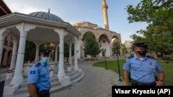 Policija na Kosovu ispred džamije u Prištini, 31. juli, 2020.