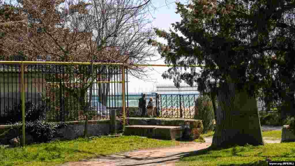 У західній частині парк межує з набережною імені Горького