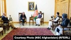 حمدالله محب مشاور امنیت ملی رئیس جمهور افغانستان هنگام ملاقات با ایلوی فیلین رئیس جدید کمیته سلیب سرخ در افغانستان.