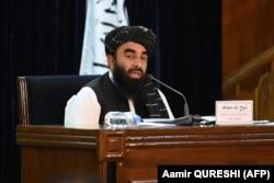 Представитель «Талибана» Забиулла Муджахид выступает на пресс-конференции в Кабуле 7 сентября 2021 года.