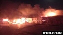 آتشسوزی در دکانها در منطقه اندخوی ولایت فاریاب پس از حاکم شدن شورشیان طالب در این منطقه.