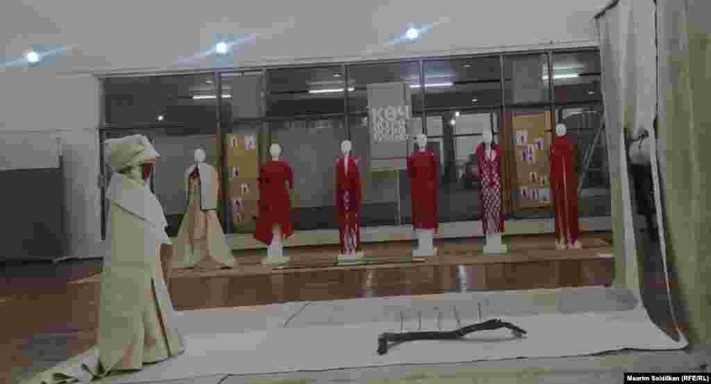 """Сүрөтчү, дизайнер Алтынай Осмоеванын """"Мен. Көкө Теңир"""" аттуу инсталляциясы."""