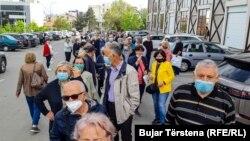 Qytetarët presin për të marrë vaksina para sallës 1 Tetori në Prishtinë.
