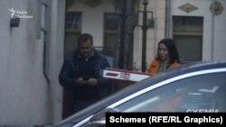 Зрештою знімальна група зафіксувала, як «слуга народу» Арістов залишив ресторан у компанії тієї ж жінки – Євгенії Дубінської