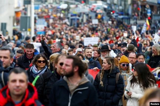 Участники демонстрации протеста против ограничений, связанных с пандемией, в немецком городе Кассель, 20 марта 2021 года