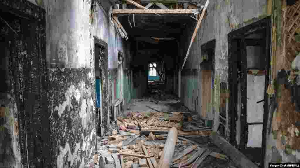 В одноэтажном корпусе царит разруха