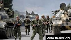 Россия аскарлари Грузиянинг Гори шаҳри ташқарисида - 9 август, 2008