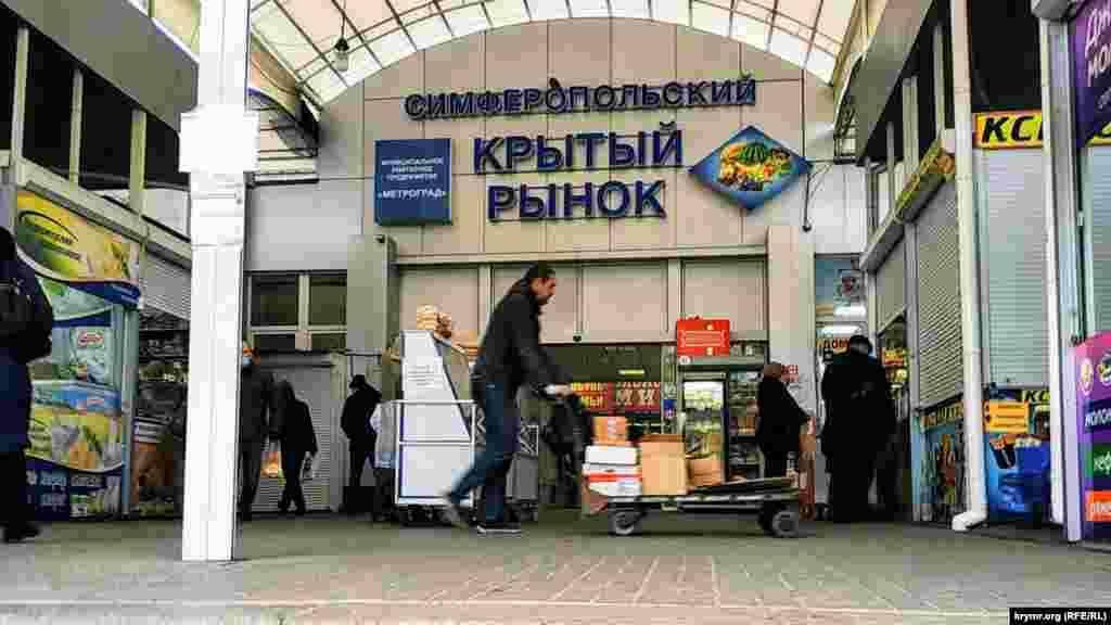 Перед входом можна побачити різні торгові об'єкти