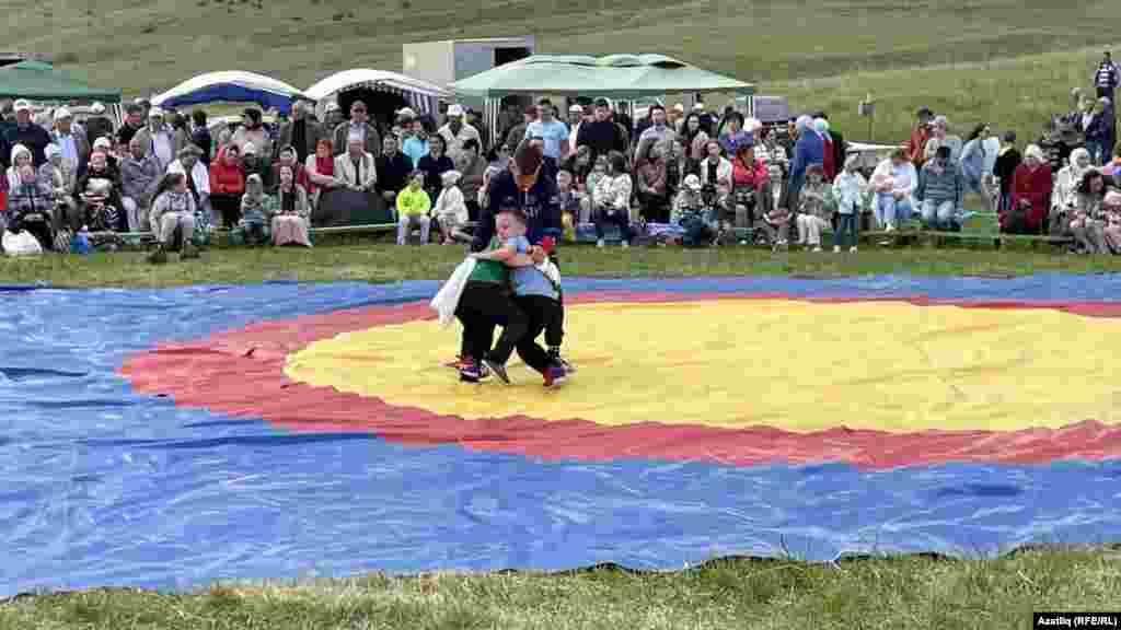 Татарська боротьба – көрәш – традиційне видовище на великих і малих святах. Спочатку змагаються діти