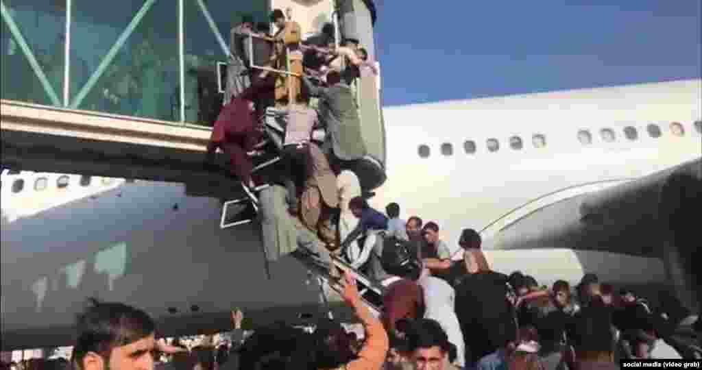 Афганці намагаються сісти на літак в аеропорту Кабула
