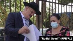 Розия Ниезбекова у суда столичного района Фирдавси