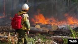 Сотрудник ФБУ «Авиалесоохрана» на месте природного пожара в Якутии, август 2021 года