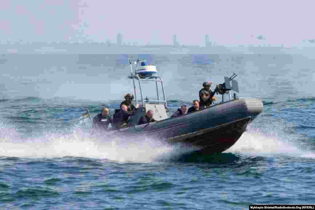Військові імітували бій за узбережжя – до параду-навчань доєднались групи спецпризначення на надувних моторних човнах
