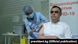 Садыр Жапаров привился против коронавируса