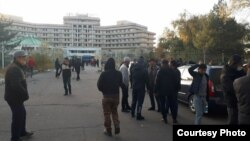 Ысык-Көл мейманканасынын алдына чогулгандар. Бишкек шаары. 14-октябрь, 2020-жыл.