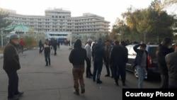 «Ысык-Көл» мейманканасынын алдына чогулгандар. Бишкек шаары. 14-октябрь, 2020-жыл.