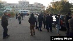 Собравшиеся у гостиницы «Иссык-Куль» в Бишкеке. 14 октября 2020 г.