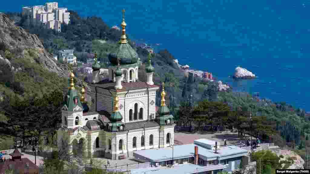Головна визначна пам'ятка, яка розташована над Форосом – Церква Воскресіння Христового. Багато художників пишуть саме її