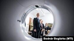 Rétvári Bence államtitkár tekint meg egy új CT-t Tatabányán, 2015. október 14-én. Az EU akkor több tízmilliárd forintot adott hasonló, drága diagnosztikai gépekre, de a GVH szerint egy kartell rögtön megszervezte, hogy a kórházak csak túlárazva szerezhessék be ezeket.