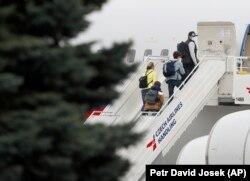 Высланные российские дипломаты покидают Прагу. Аэропорт им. Вацлава Гавела, 19 апреля 2021 года