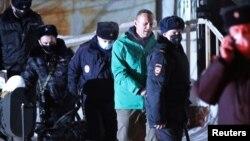 Rus oppozisiýa lideri Alekseý Nawalny polisiýa bölüminden deslapky tussaghana äkidilýär