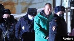 Алексея Навального уводят в СИЗО