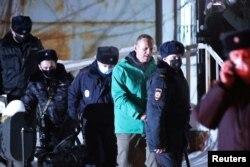 """Полиция Алексей Навальныйды """"Шереметьево"""" әуежайынан әкетіп барады. 17 қаңтар 2021 жыл."""