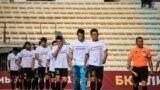 """Футболчулар беттеш башталарда протокол боюнча оюн талаасына """"Жүрөгүмдө Баткен"""" деген жазуусу бар футболка кийип чыгышты."""