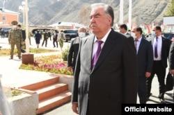 Presiden Tajik Emomali Rahmon mengunjungi eksklave Vorukh di dekat perbatasan Kirgistan pada awal April.