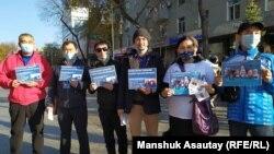 Активисты, собравшиеся в Алматы в поддержку политзаключенных. Октябрь 2020 года.