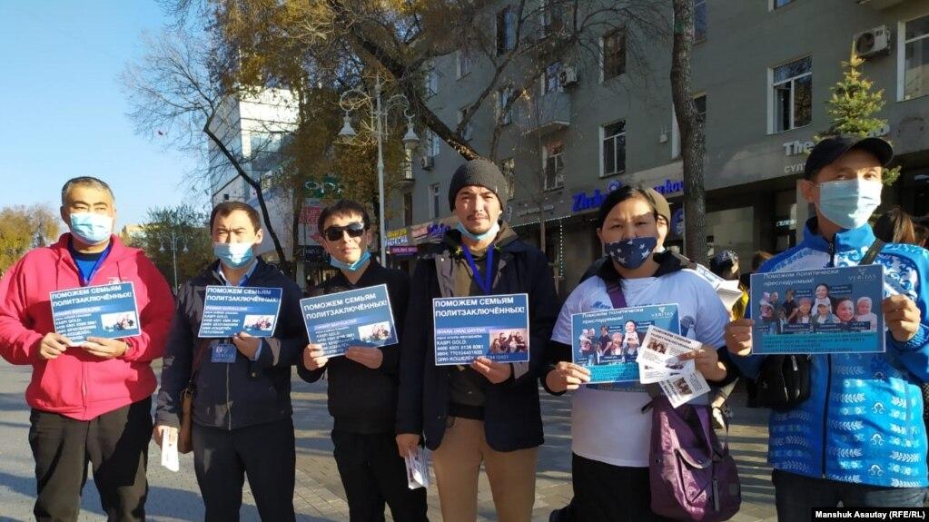 Участники акции в поддержку политзаключенных. Алматы, октябрь 2020 года.