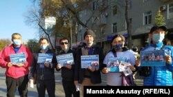 Участники акции по сбору помощи семьям преследуемых по политическим мотивам. Алматы, 24 октября 2020 года.