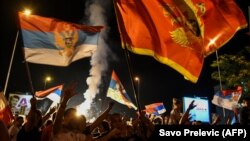 Mbështetësit e opozitës duke festuar në rrugët e Podgoricës pas shpalljes së rezultatit preliminar të zgjedhjeve.