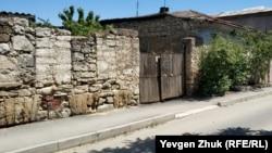 От этого дома остались две стены
