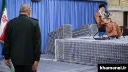 تصویری از سخنرانی رهبر جمهوری اسلامی در روز ۶ آذر ۹۸ که از سرکوب اعتراضها ابراز رضایت کرد