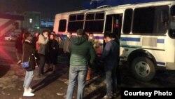 Задержанные посетители во дворе управления полиции в Алматы. 19 марта 2021 года. Фото предоставлено Димашем Альжановым.