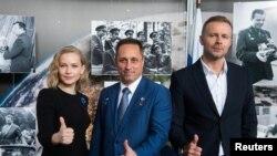 Юлия Пересилд (ляво) се снима заедно с капитана Антон Шкаплеров (в средата) и режисьора Клим Шипенко на 16 септември 2021 г.