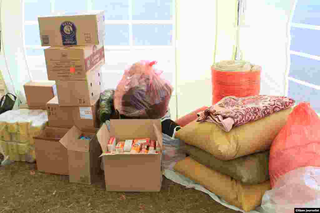 В лагере есть продовольствие и другие предметы первой необходимости.